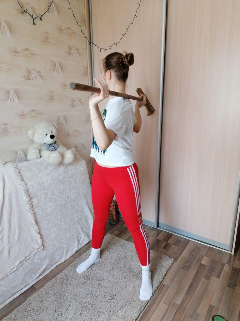 5 упражнений со шваброй: комплекс для здоровой спины