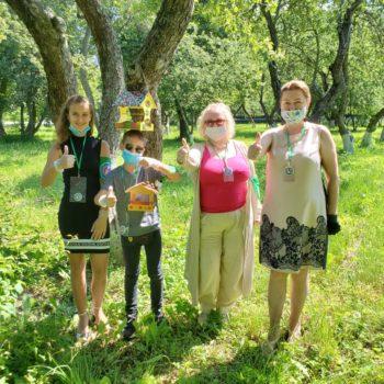 Московские волонтеры из школы №1296 разместили кормушки на территории «Мосфильма»