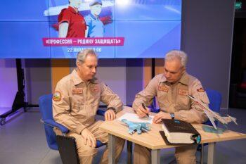 Более 1,2 тысячи московских школьников и студентов приняли участие в онлайн-встрече с летчиками Александром и Евгением Мартенюками