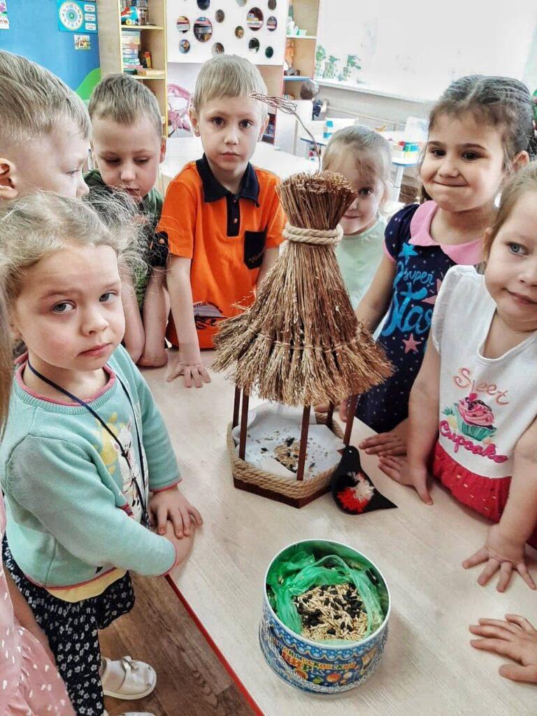 Домики для пернатых: как юные москвичи помогли птицам пережить холода
