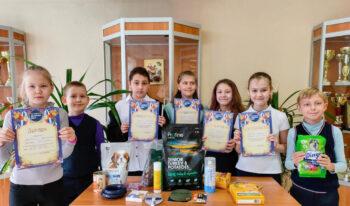 Московские школьники собрали корм и медикаменты для бездомных животных