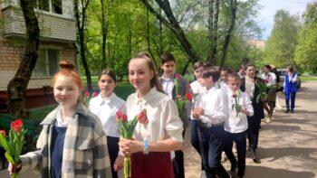 Более 3,5 тыс. волонтеров из школ и колледжей Москвы поучаствовали в уходе за мемориалами