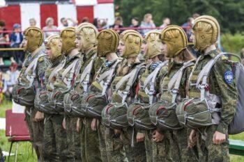 Прыжки с парашютом, выставка на открытом воздухе и полевая кухня: как прошел День России для московских юнармейцев