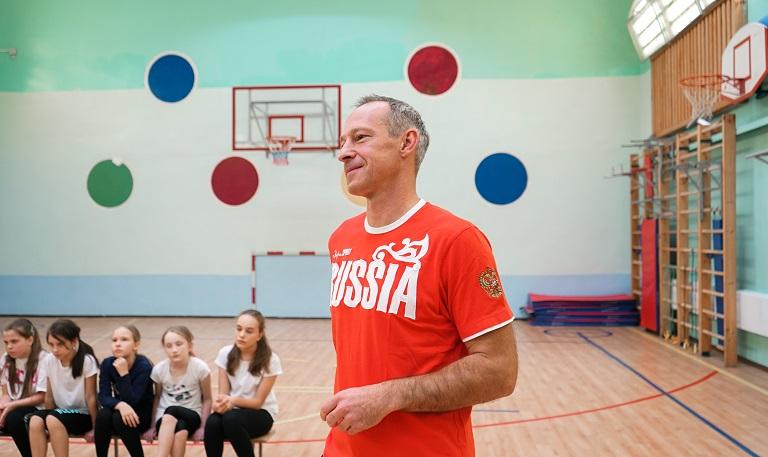 Олимпийский чемпион по гандболу Денис Кривошлыков провел мастер-класс для школьников