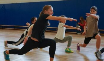 Техника бега и работа с барьерами: в московских школах прошли мастер-классы по легкой атлетике