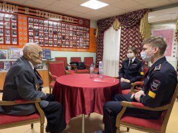 Разговор поколений: столичные волонтеры встретились с заслуженным учителем — ветераном Великой Отечественной войны