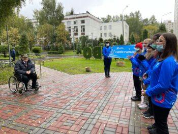 Волонтеры Москвы поздравили Заслуженного учителя с профессиональным праздником